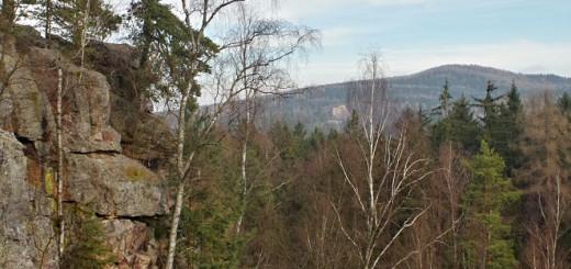 Jindřichova skála, v průhledu mezi stromy najdete Valdek pod vrchem Beranec