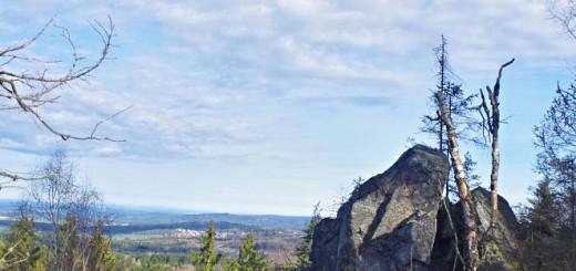 Buližníkový hřeben na vrcholu Okrouhlíku poskytuje pěkné výhledy západním a severozápadním směrem