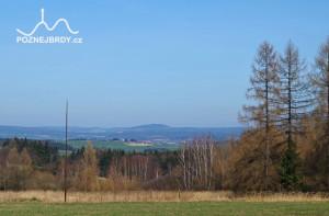 Výhled severním směrem přes bývalé tábořiště u zaniklé obce Hrachoviště