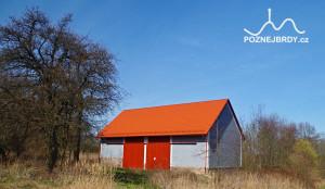 Opravená stodola - jediná budova bývalé obce Hrachoviště, která se dochovala do dnešních dnů