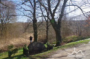 Stoleté lípy a památník u obnovené studny